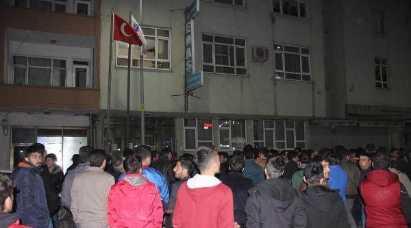 Elektrik Kesintisi Protestosunda Vedaş Binası Taşlandı