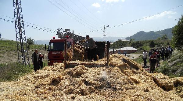 Elektrik Tellerine Takılan Saman Yüklü Kamyonet Yandı