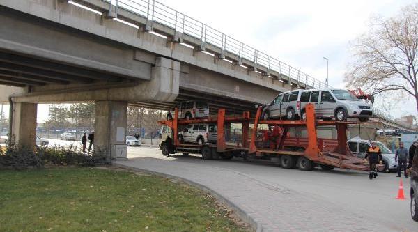 Emniyete Tahsis Edilen Araçlar Köprüye Takildi