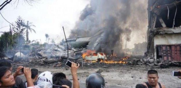 Endonezya'da uçak düştü: 30 ölü