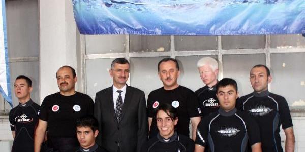 Engelli Dalgiçlar Rektör Ve Belediye Başkaniyla Havuza Daldi