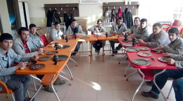Engelli Gençler Bakir Işlemeyi Öğreniyor