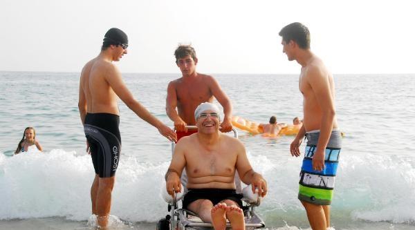 Engelliler Özel Sandalyelerle Denize Girdi