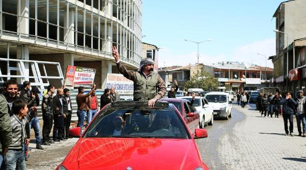Erciş'te Bdp'li Türbanlı Başkandan  Zafer Turu