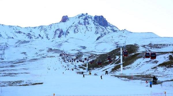 Erciyes'Te Suni Kar Üzerinde Kayak Yarişi