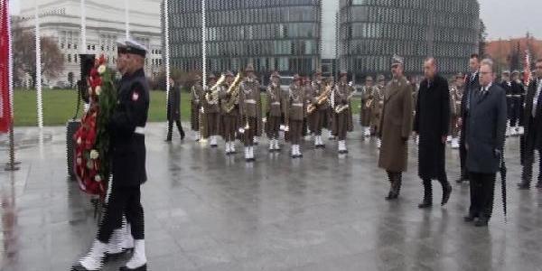 Erdoğan, Varşova'da Meçhul Asker Aniti'na Çelenk Koydu