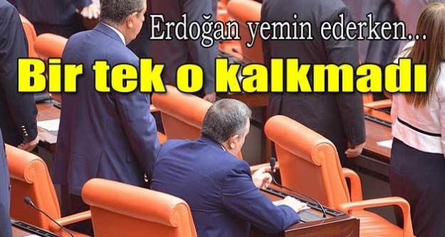 Erdoğan yemin ederken bir tek o kalkmadı