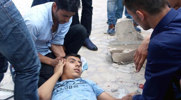 Erdoğan'ın Afişinin Bağlandığı Taş Düştü: 2 Yaralı