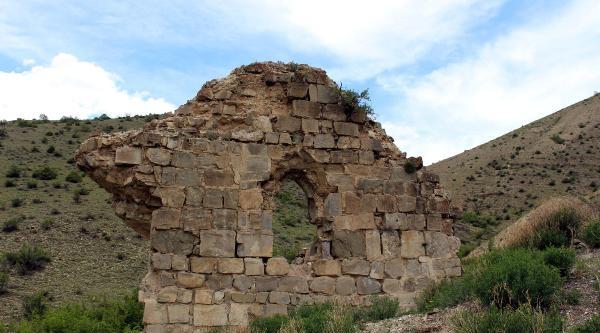Ermeni Kilisesinin İki Duvarı Kaldı