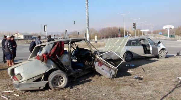 Erzincan'da Kavşakta Otomobiller Çarpişti: 3 Yarali