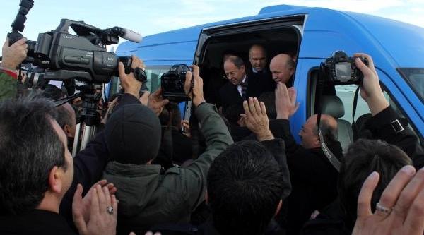 Erzurum'da Ak Parti Adayini Karşilamada Izdiham