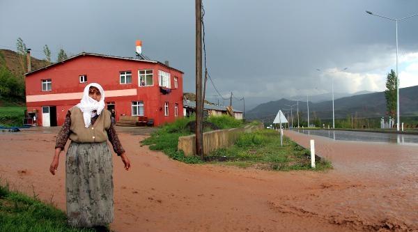 Erzurum'da Yağmur Ve Dolu Ekili Alanlara Zarar Verdi