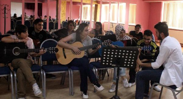 Erzurumlu Gençler Gitara Merak Sardı
