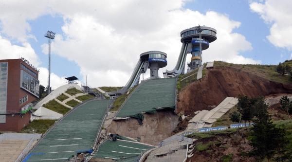 Erzurum'un Sembolü Olan Kayakta Atlama Kulelerinin Pistleri Göçtü