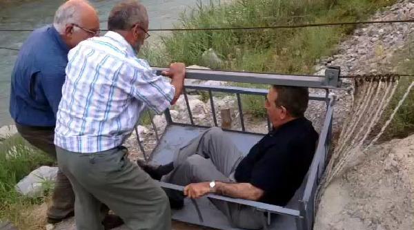 Eski Diyanet İşleri Başkanı Yılmaz, İlkel Teleferikle Çoruh'u Geçti