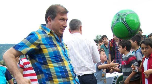 Eski Milli Futbolcu Tanju Çolak Çocuklara Top Dağıttı
