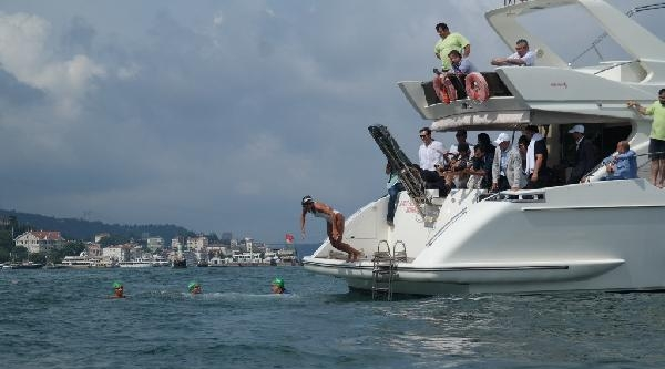 Eski Olimpiyat Şampiyonu İstanbul Boğazı'nda Yüzdü