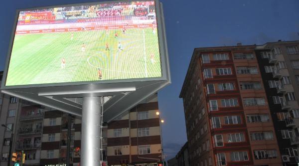 Eskişehir'de 10 Bin Kişi Dev Ekrandan Maç İzledi