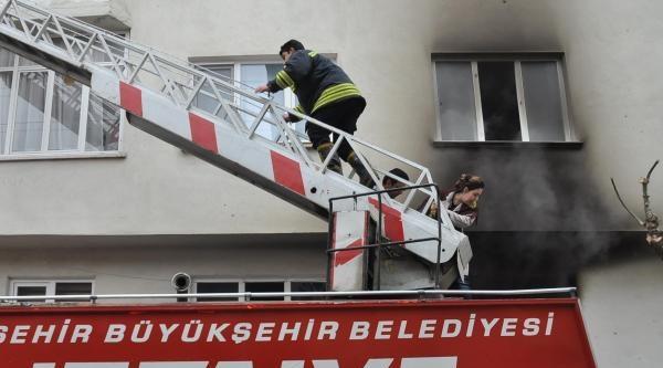 Eskişehir'de Apartmanda Çikan Yangın Paniğe Neden Oldu