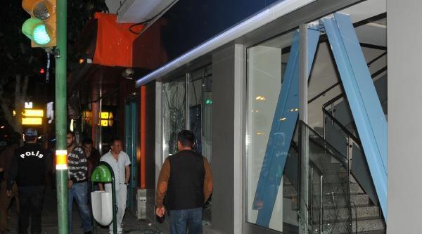 Eskişehir'de Kavgalı Yürüyüşte  Bankaların Camları Kırıldı, Bilgisayarlar Dışarı Atıldı