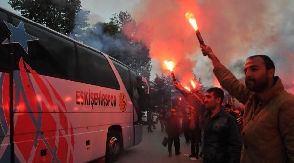 Eskişehirspor Kafilesi Meşalelerle Uğurlandı, Yht Yolcuları Korktu