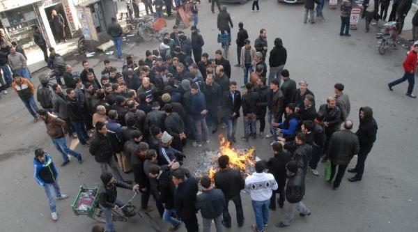 Esnaf, Elektrik Kesintilerini Halay Çekerek Protesto Etti