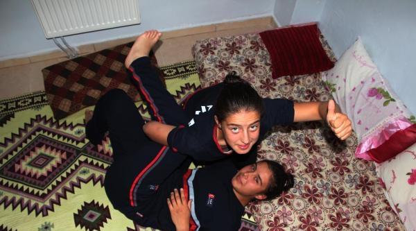 Evde Babalarıyla Güreşip Milli Olan Kız Kardeşler