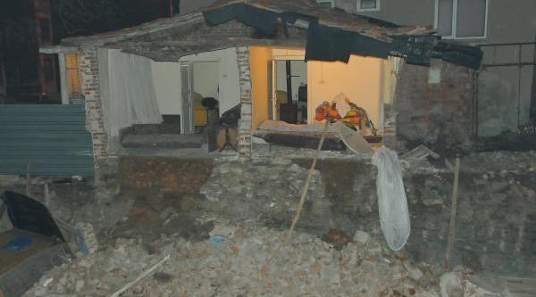 Evin Duvarlari Kazilan Temel Nedeniyle Çöktü