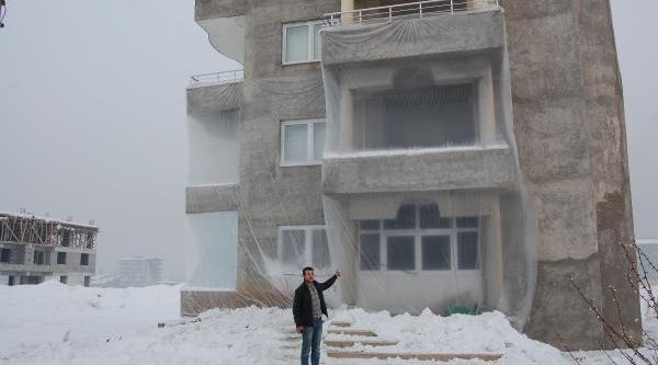 Evleri Soğuktan Naylonla Koruyorlar