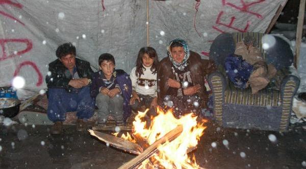 Evleri Yikilan Aile, Kar Altinda Dişarida Kaldi