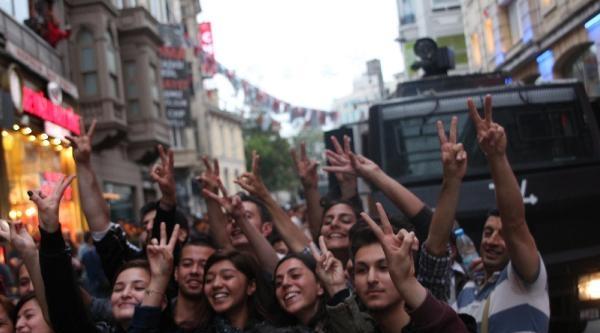 Eylemciler Toma Aracı Önünde Selfie Çekti