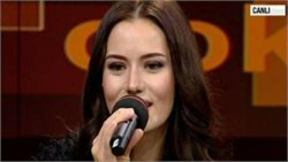 Fahriye Evcen'den canlı türkü performansı