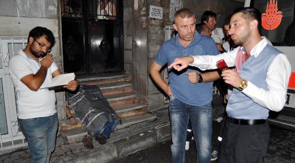 Fatih'te Apartman Önünde Ceset Bulundu