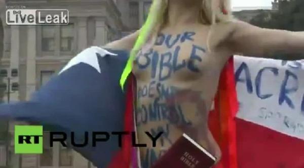 Femen Kadını Kürtaj Yasağını Protesto İçin Çirilçiplak Soyunup İncil'i Parçaladı