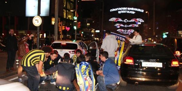 Fenerbahçe Taraftari Galibiyet Sevincini Bağdat Caddesinde Kutladi