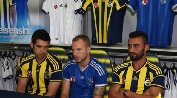 Fenerbahçeli Selçuk Şahin İle Kadlec, Taraftarların Formalarını İmzaladi