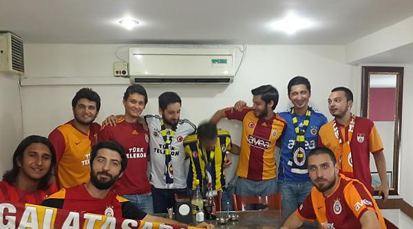 Fenerbahçeli Ve Galatasaraylı Taraftarlar Kebapçıda Biraraya Geldi (fotoğraflar)