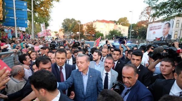 Fotoğraf/ Başbakan Recep Tayyip Erdoğan, Evinden Çikti, Vatandaşları Selamladı