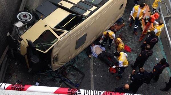 Fotoğraf / Güngören'de Yolcu Minibüsü Kaza Yapti, Ilk Belirlemelere Göre 2 Kişi Öldü, Yaralilar Hastaneye Kaldirildi