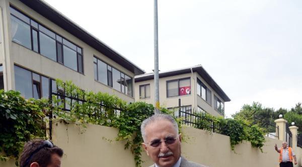 Fotoğraflar (1) -  Prof. Dr.  Ekmeleddin İhsanoğlu Konutunda Çikti,  Açıklama Yaptı
