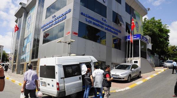 Fotoğraflar /// Gaziosmanpaşa'da Bayrak İndirmeye Çalişan Kişi Bacağından Vuruldu(1)