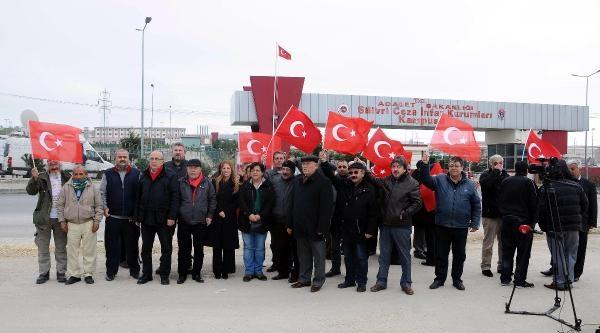 Fotoğraflar /// İşçi Partili Bir Grup, Silivri Cezaevi Önünde Türk Bayrakları Açtı