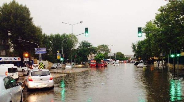 Fotoğraflar// Sağanak Yağmur Caddeleri Nehire Çevirdi