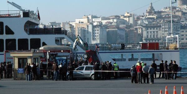 Fotoğraflar /// Sirkeci'de Arabalı Vapura Girmek Üzere Olan Araç Denize Düştü