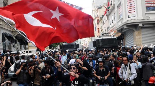 Fotoğraflar// Tek Kişiyle Türk Bayraklı Protesto