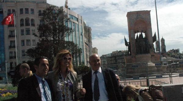 Fotoğraflar - Tuğba Özay Taksim Meydanı'nda Hatıra Fotoğrafı Çektirdi