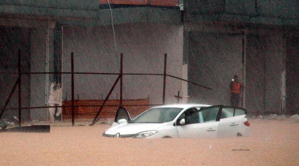 Fotoğraflar//istanbul'da Sağanak Yağmur;araçlar Yollarda Kaldı