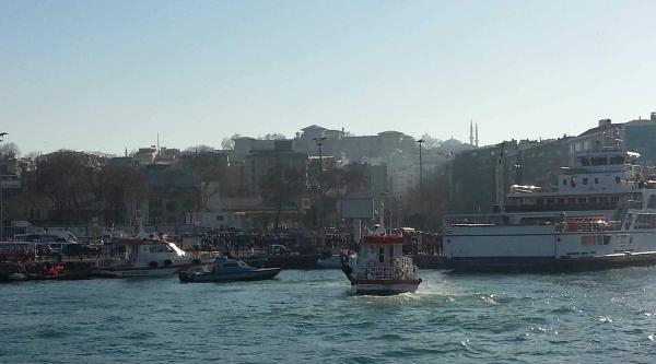 Fotoğraflar//sirkeci'de Arabalı Vapura Girmek Üzere Olan Araç Denize Düştü