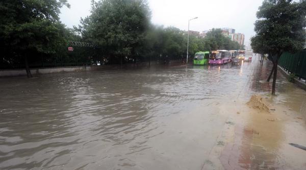 Fotoğraflar//şişli-okmeydanı Sağnak Yağışla Göle Döndü