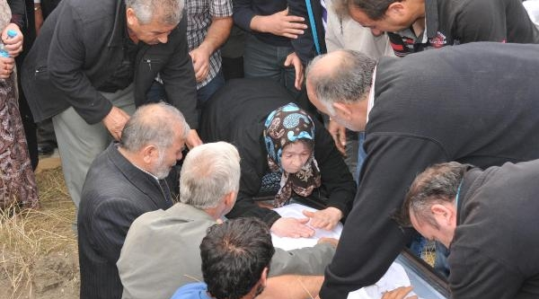Fransa'da Yangında Ölen Aynı Aileden 3 Türk Toprağa Verildi